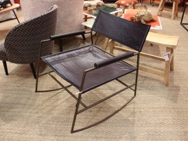 Rocking chair Allistair cuir noir accoudoir bois Chehoma
