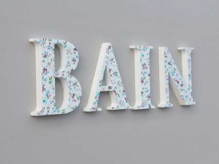 Wooden word Bain with flowers, cosy shabby chic style