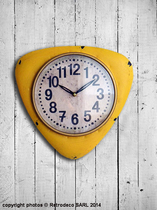 horloge vintage triangulaire jaune d co vintage seb12974. Black Bedroom Furniture Sets. Home Design Ideas