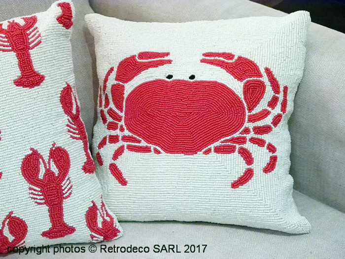 coussin crabe et perles de verre d co bord de mer chehoma 21499. Black Bedroom Furniture Sets. Home Design Ideas