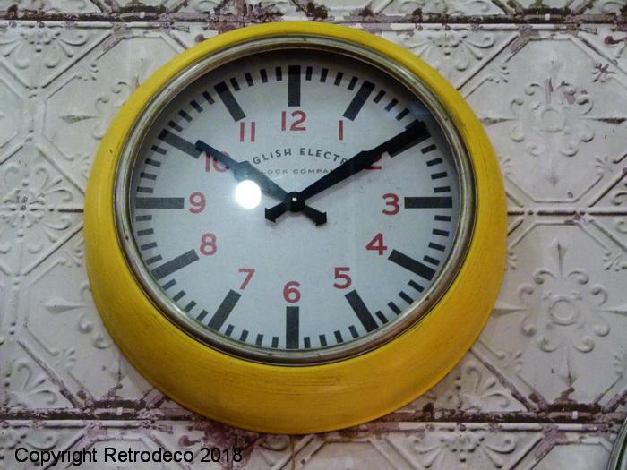 Horloge canteen m tal jaune d co industrielle chehoma for Horloge atelier